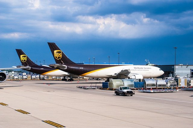 Ups engine boeing 747 8f airport
