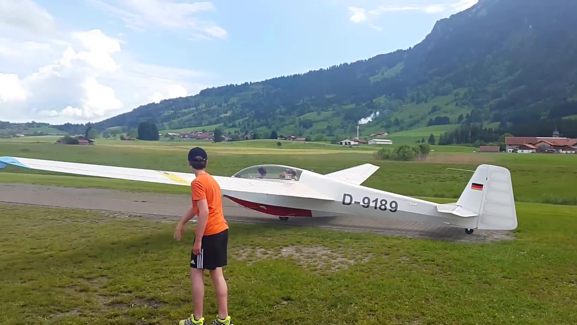 Video of a kid flying a glider