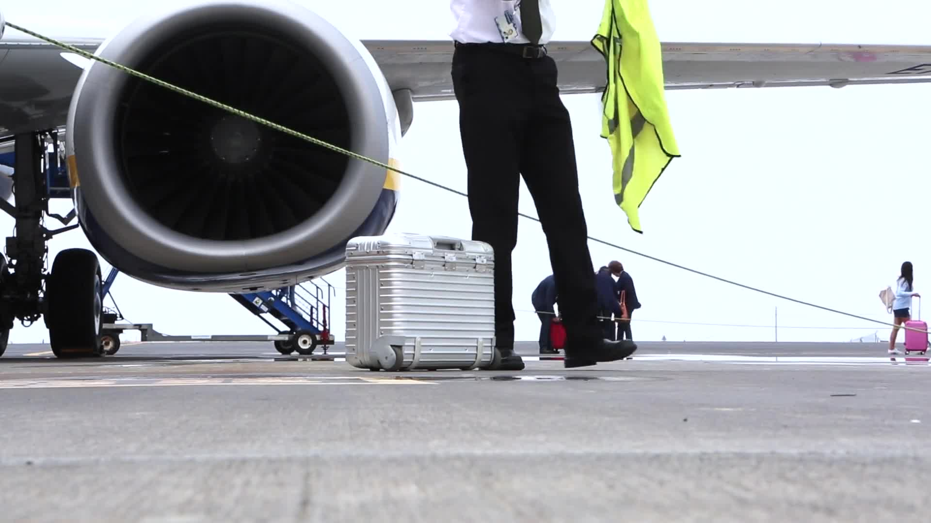 Tarmac airport turbine luggage transportation